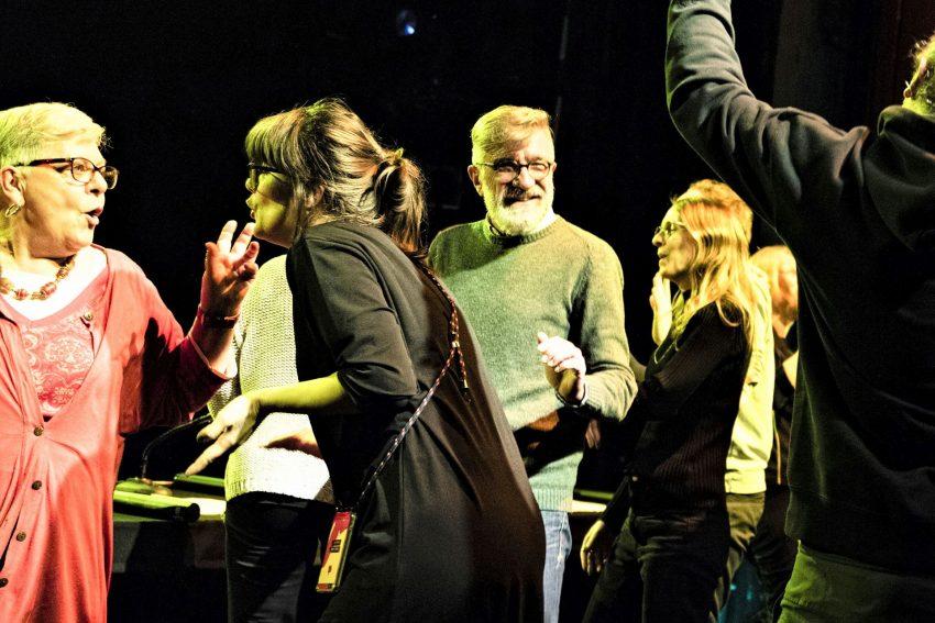 v.l. Viel los auf der Bühne mit Maria Goeke, Melika Ramić, Johannes Persie, Jana Eiting und Max Kotzmann.