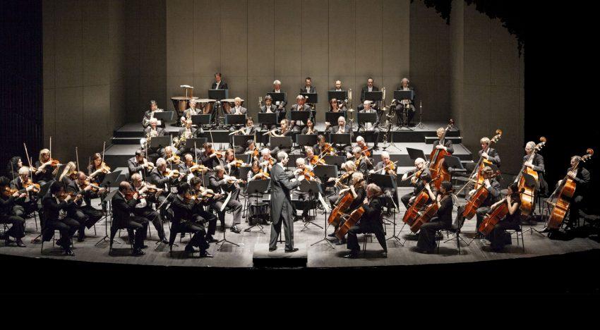 Die Neue Philharmonie Westfalen tritt am Sonntag, 11. Januar, mit ihrem neuen Generalmusikdirektor Rasmus Baumann im Glashaus auf. Foto: Pedro Malinowski