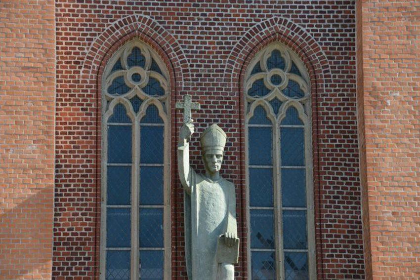 Bonifatius-Staute an der St. Bonifatiuskirche in der City.