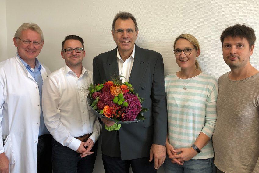 v.l. Chefarzt Dr. med. Hinrich Böhner, Standortleiter Oliver Lohr, Dr. med. Thomas Ristic sowie Julia und Andrey Nefedev.