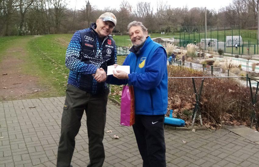 Michael Reitemeier und Willi Hettrich bei der Spendenübergabe.