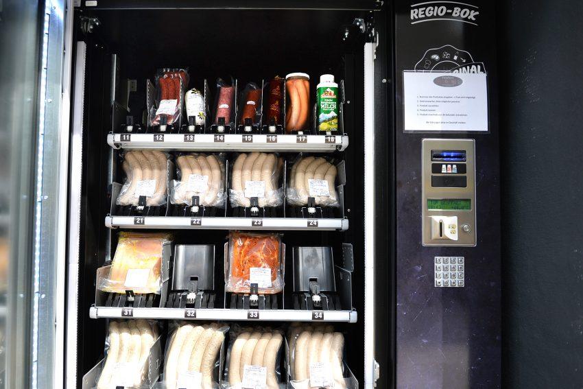 Die Metzgerei Schmidt in Holsterhausen bietet seit Juni 2020 viele frische Waren in ihrem 24/7 Automaten an.