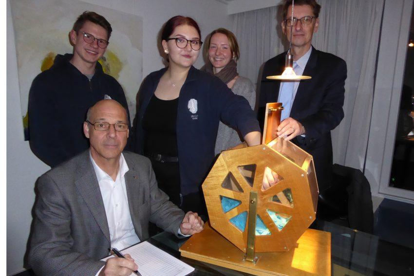 Thomas Kaiser (sitzend; Lions Hilfswerk), Artjem Gartmann, Olivia Ciller, Marie Gockeln (Leo Club), Notar Markus Soestwöhner.