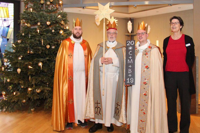 v.l. Sternsinger: Dominik Mutschler (Gemeindereferent), Meinolf Mika (Pastor), Christian Schmidtke (Vikar) und EvK-Seelsorgerin Katharina Henke.