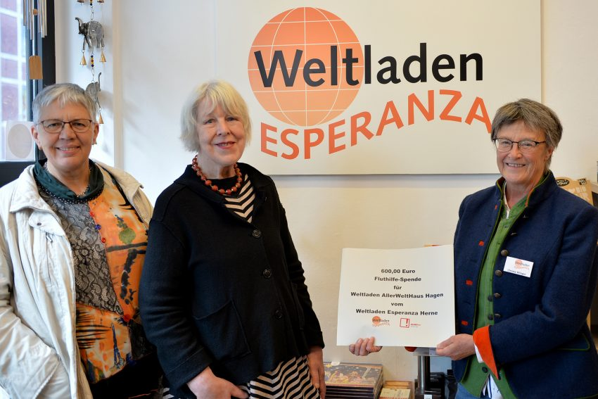Theresia Hoppmann, Annegret Beck beide aus dem Weltladen in Hagen und Christa Winger.