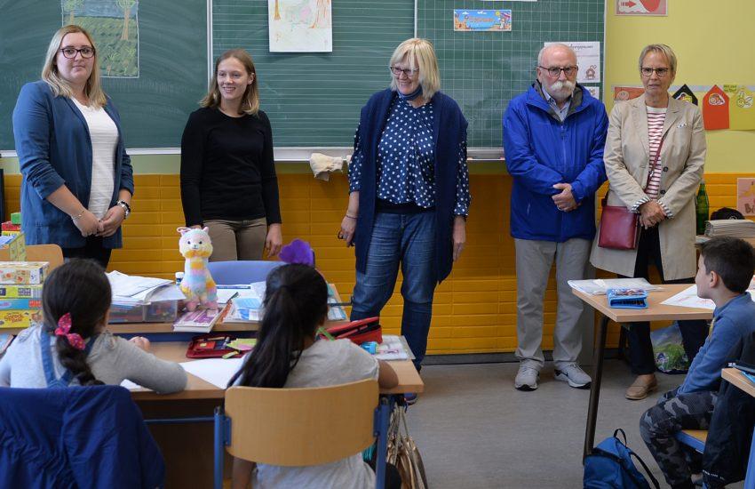 v.l. Anne-Katrin Marx, Klara Zerbe (beide Lehramtsanwärterinnen), Schulleiterin der Grundschule Monika Müller, Peter Bornfelder und Gudrun Thierhoff (beide Förderverein Lernen! in Herne).