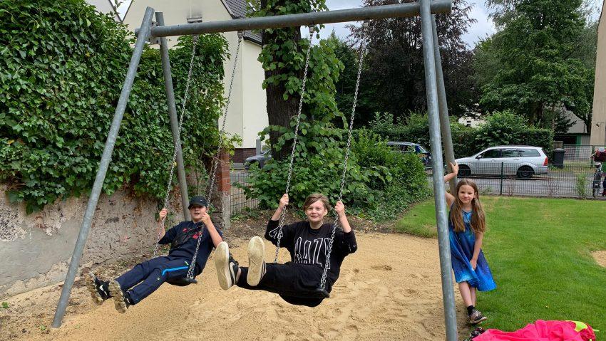 Der umgebaute Spielplatz Am Alten Amt, im Bild (v.li.) Amina, Zoey und Sülü.