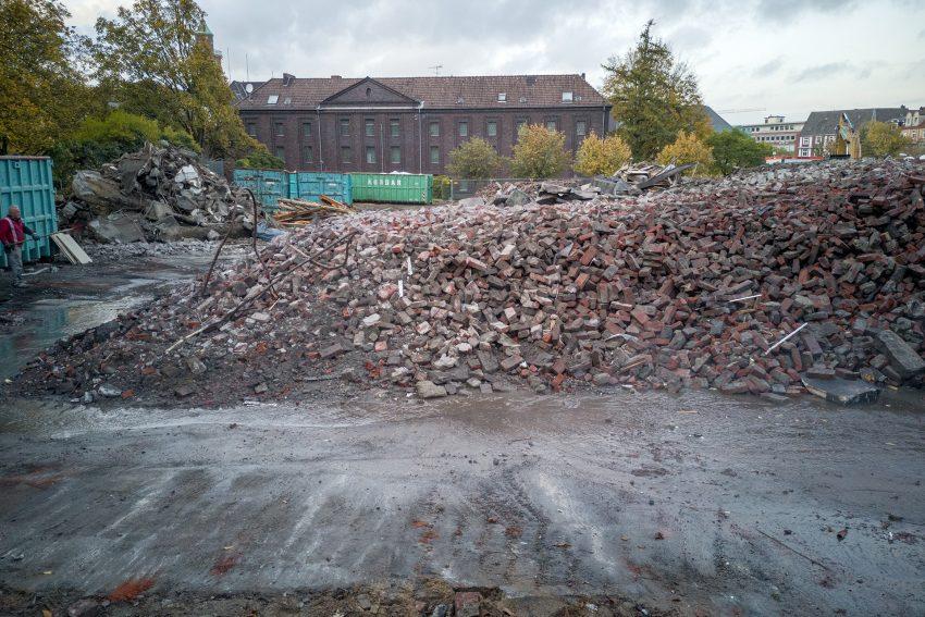 Abbruch der ehemaligen Grundschule am Berliner Platz in Herne (NW) am Dienstag (05.11.2019).