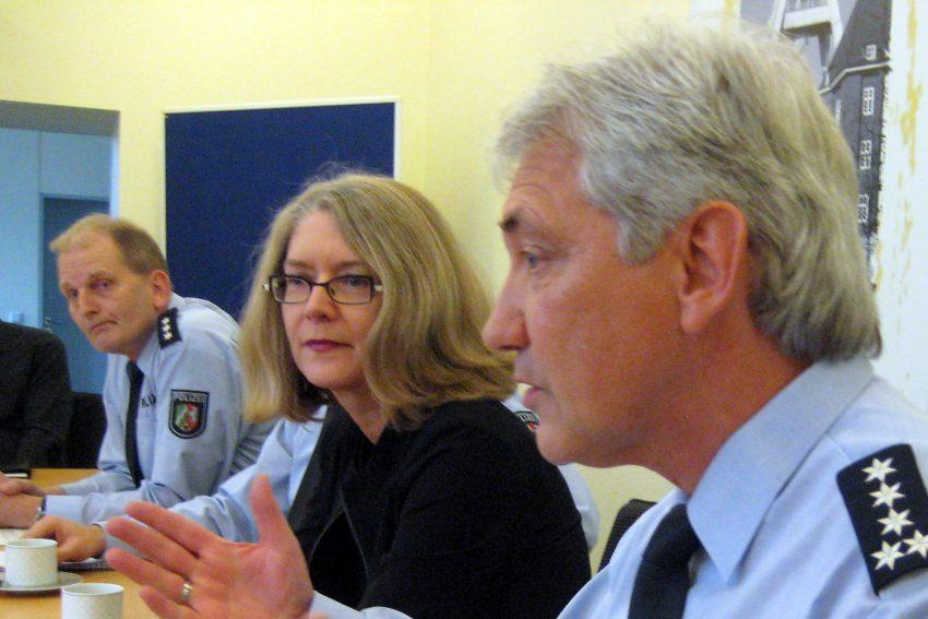v.l. Polizeipressesprecher Volker Schütte, Kerstin Wittmeier, Axel Pütter (Leiter der Polizei-Pressestelle).