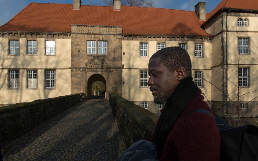 Ibrahim Mahama vor Schloss Strünkede.