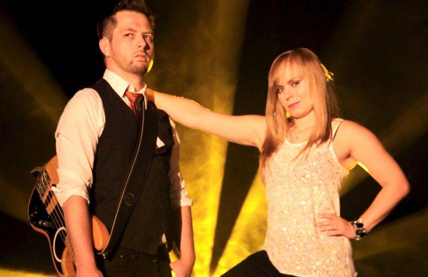 Sängerin Susi (Susanna Mazik) und Bassist Bonze (Björn Prenzel) - Duo: SocietyBe.