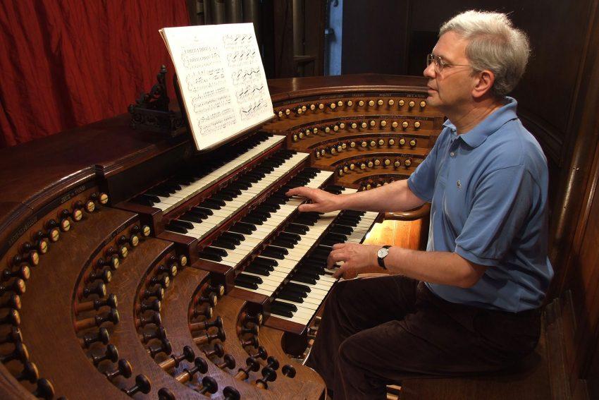 Prof. Dr. Hans-Joachim Trappe an der Cavaillé-Coll-Orgel der Kirche Saint-Sulpice in Paris.