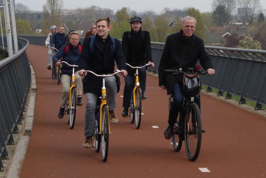 Die Herner Grünen auf der Eisenbahnbrücke über den Waal mit dem Nimwegener Ratsmitglied Folkerts Vintges als Fremdenführer.