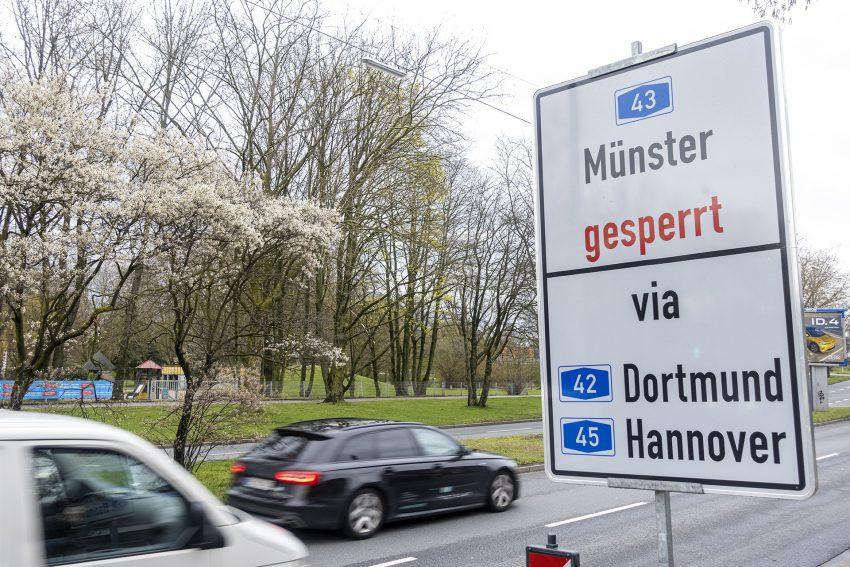 Umleitung für die Sperrung der A43 über den Rhein-Herne-Kanal in Herne (NW), am Sonntag (11.04.2021). Bei der im Jahr 1965 erbauten Autobahnbrücke wurden erhebliche technische Mängel festgestellt, die ab dem kommenden Montag zur einer Sperrung führt. Falls ein Belastungstest positiv ausfällt, können Fahrzeuge mit einem Gewicht von maximal 3,5 Tonnen weiterhin das Bauwerk passieren. Der Brückenneubau im Zuge des sechsspurigen Autobahnausbaus ist erst für 2024 vorgesehen.