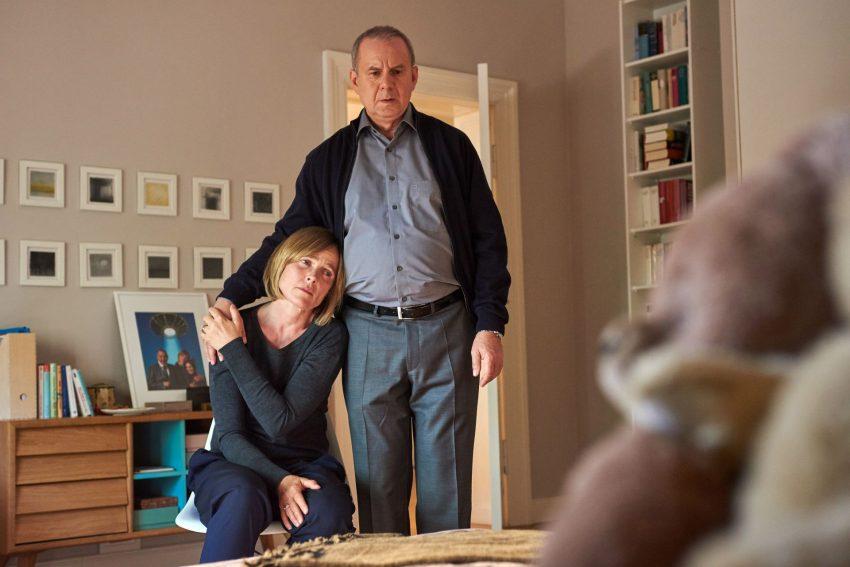 Susanne (Karoline Eichhorn, l.) und Herbert Wichert (Joachim Król, r.) sind in großer Sorge um ihre verschwundene Tochter Sophie.