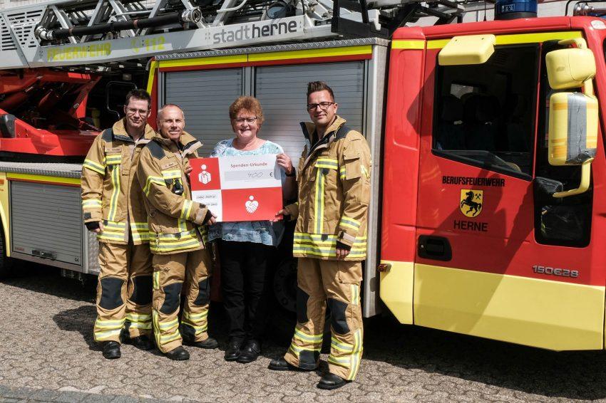 Aus den Händen Rainer Engel, Stephan Beier und Christian Schröter nahm Hospiz-Leiterin Anneli Wallbaum das Geld dankend an.