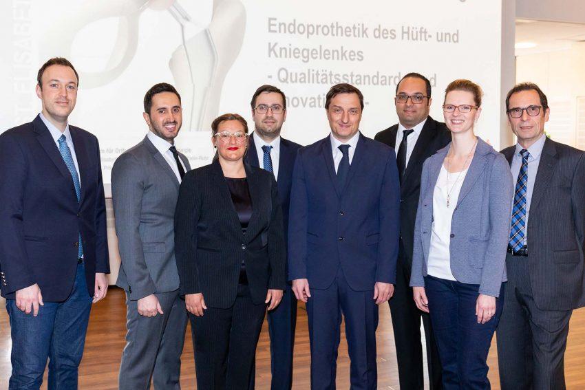 5.v.l. Dr. Oliver Meyer, Zentrum für Orthopädie und Unfallchirurgie der St. Elisabeth Gruppe informierte mit weiteren Experten zu den neuesten medizinischen Fortschritten auf dem Gebiet der Knie- und Hüftprothetik.
