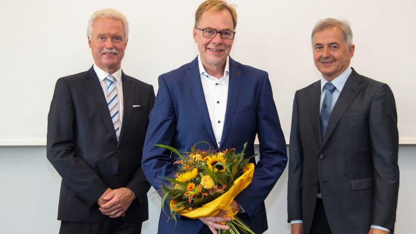 Glückwünsche für den frisch ernannten Chefarzt Dr. Mike Thompson (Mitte) von Geschäftsführer Heinz-Werner Bitter (l.) und dem Ärztlichen Direktor Prof. Dr. Matthias Kemen.