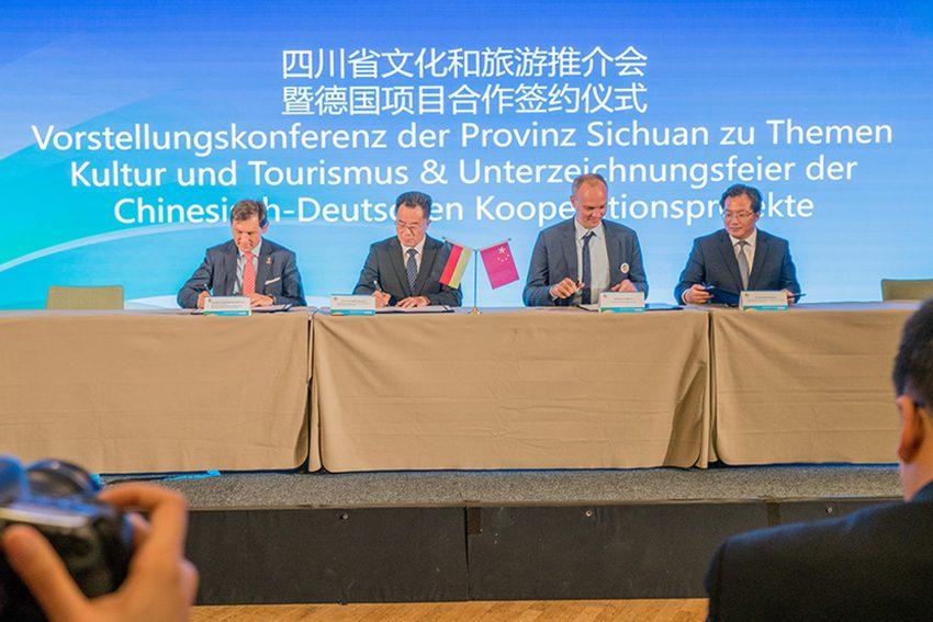 Oberbürgermeister Dr. Frank Dudda (l.) und der Parteisekretär von Luzhou, Liu Qiang (2.v.l.).