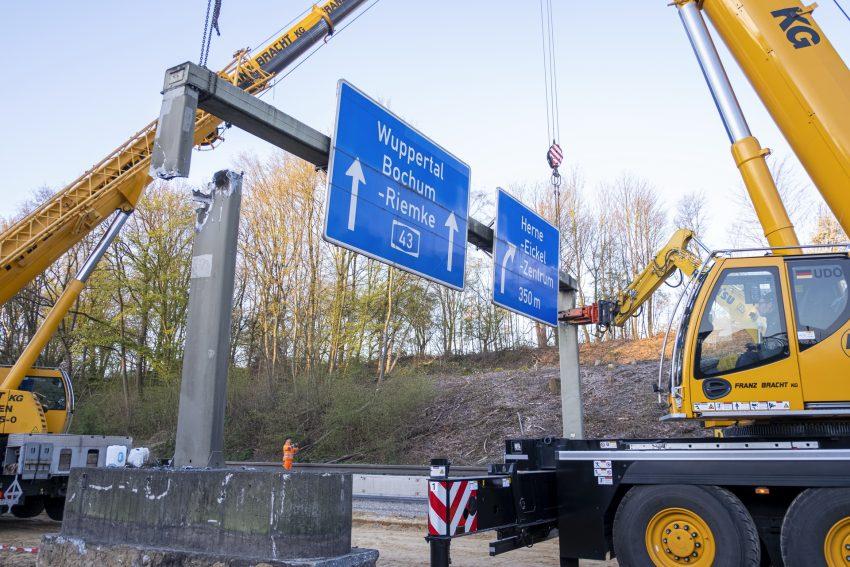 Abbau von zwei Schilderbrücken über die A43 in Herne (NW), am Samstag (04.04.2020). Die stark befahrene Autobahn wird zwischen Marl und Witten sechsspurig ausgebaut.
