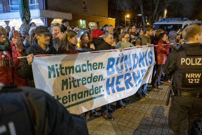Demo gegen Rechtsextremismus in Herne (NW), am Dienstag (17.12.2019). Im Bild: lautstarker Protest von Bündnis Herne gegen die vorbeiziehenden Rechtsextremisten an de Markgrafenstraße.Foto: Stefan Kuhn