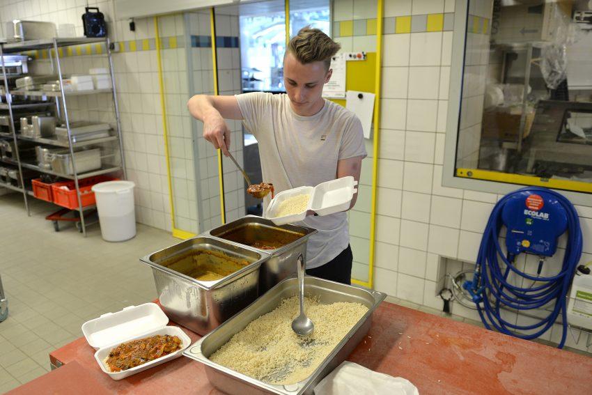 im Bild: Christopher Barzt von RMC Ruhr Mobile Catering füllt die