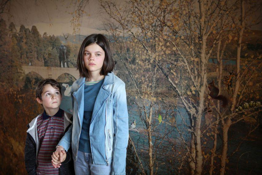Die Flüchtlingskinder Oskar (Leopold Pallua) und Lilli (Rosa Zant).