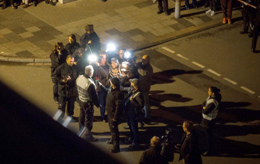 Polizei mit Reportern am Thessaloniki-Grill an der Bismarckstraße 99.