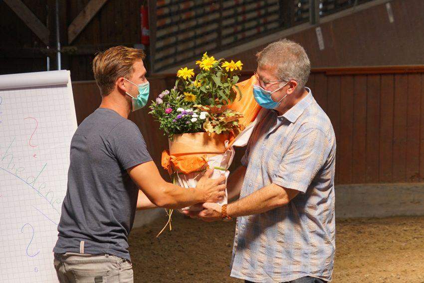 Steffen Stegemann überreicht Hubert Borg ein Dankeschön.