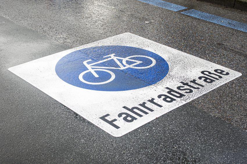 Fahrradstraße auf der Bochumer Straße in Herne (NW), am Freitag (29.01.2021). Diese erstreckt sich auf dem Abschnitt zwischen der Sodinger Straße und dem Westring. Durch ein Zusatzzeichen ist inzwischen auch wieder das Befahren mit PKW und motorisierten Zweirädern erlaubt.