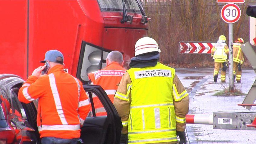 Unwetter über Herne: Sturm riss Fahrdraht der DB ab. Stromleitung musste geerdet werden.