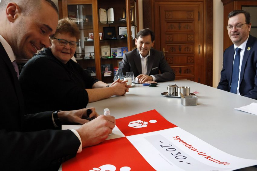 Crange Armbänder bringen 2.030 Euro für das Lukas-Hospiz.