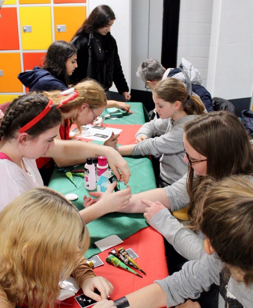 An diesem Stand des Winterfestes konnten die Schüler sich Henna-Tattoos machen lassen.