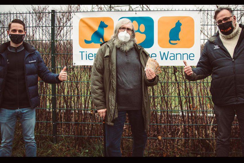 v.l. Luca Militzer, Fritz Pascher vom Tierheim und Jürgen Schubert bei der Geldübergabe für das Tierheim.