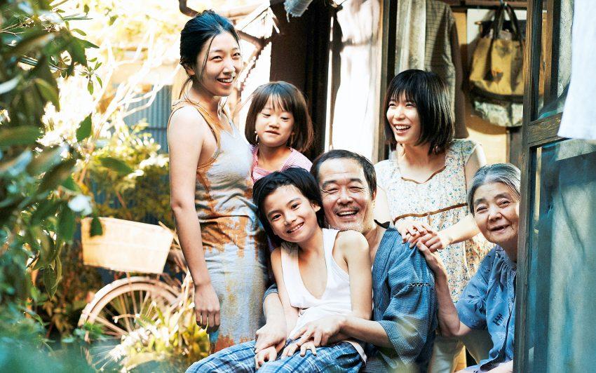 Die ganze 'Familie' vereint: Nobuyo (Sakura Ando), Yuri (Miyu Sasaki), Shota (Kairi Jyo), Osamu (Lily Franky), Aki (Mayu Matsuoka) und Hatsue (Kilin Kiki).