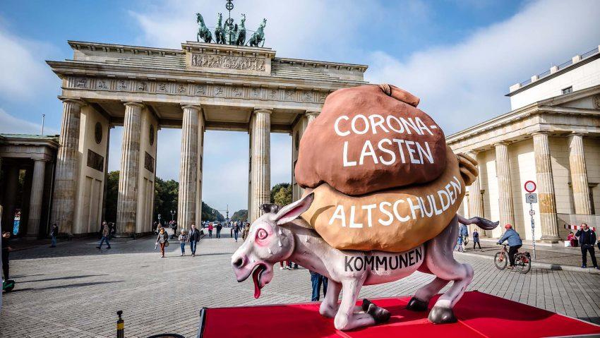 Ein satirischer Wagen mit einem Esel mit den Corona-Lasten und Altschulden auf dem Rücken der Kommunen vom Aktionsbündnis
