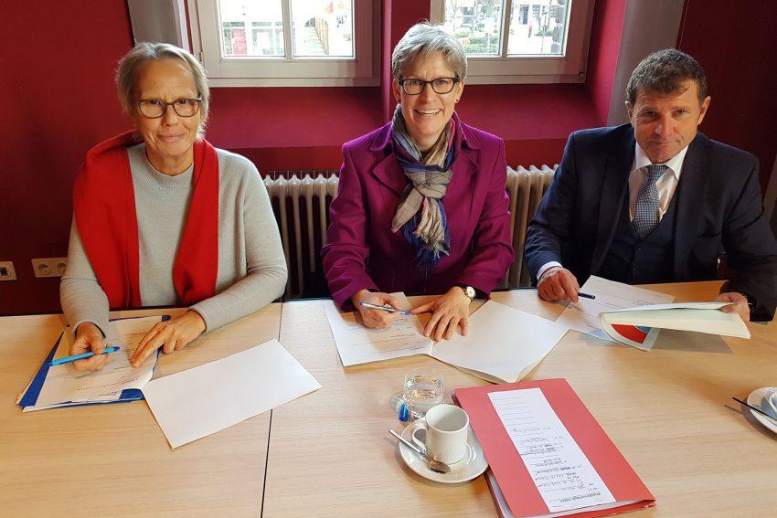 Stadträtin Gudrun Thierhof, Regine Schmalhorst (Agentur für Arbeit), Karl Weiß (Jobcenter).