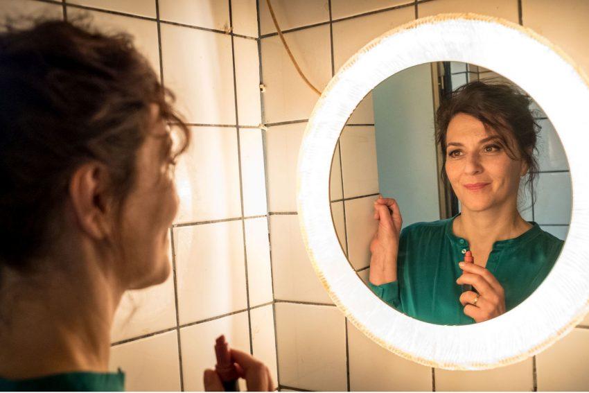 Kino-Tipp: Und wer nimmt den Hund? - Doris (Martina Gedeck) hat den anfänglichen Schock überwunden.