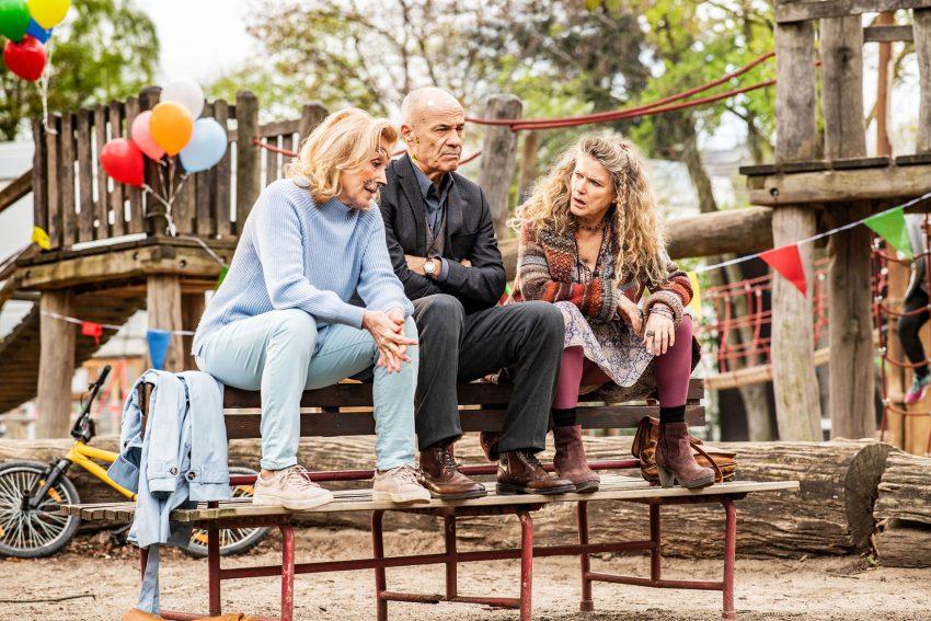 Enkel für Anfänger: im Bild Karin (Maren Kroymann), Gerhard (Heiner Lauterbach) und Philippa (Barbara Sukowa) auf dem Spielplatz.