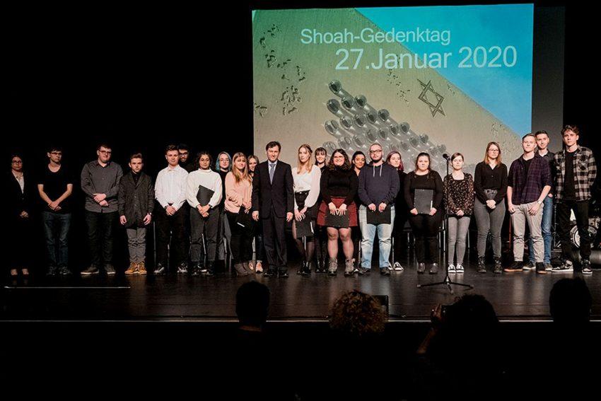Shoa-Gedenkfeier im Kulturzentrum. Schüler der Wanner Gymnasien und der GS Wanne mit Dr. Frank Dudda.