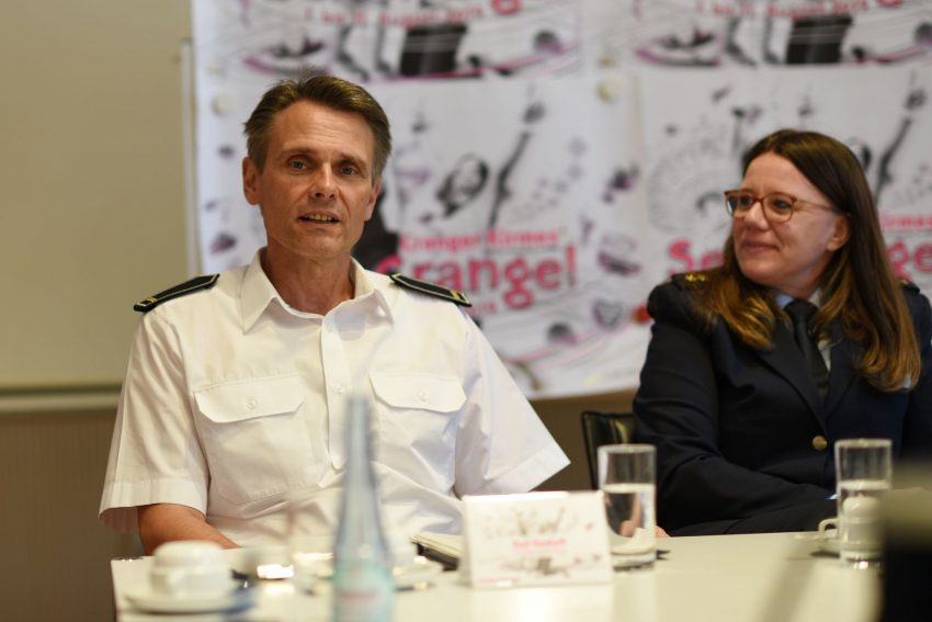 (v.l.) Ralf Radloff, Berufsfeuerwehr Herne und Nicole Pletha, Leiterin der Polizeiinspektion Herne