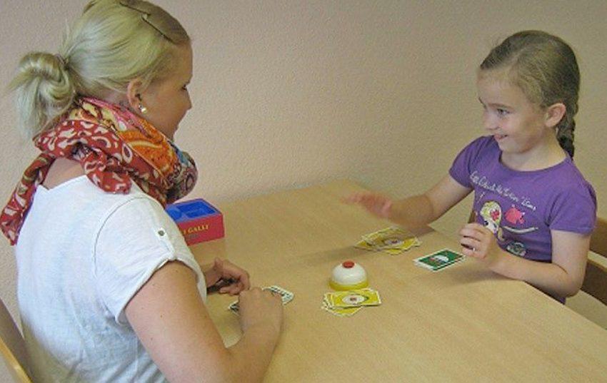 Was wie ein fröhliches Spiel aussieht, ist tatsächlich die Arbeit mit einem Kind, die die Schülerin in der Logopädieschule der AWO Ennepe-Ruhr lernt.