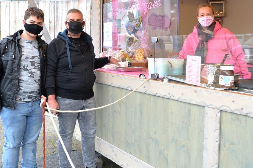 Kirmes-Süßwaren gibt es bei Franziska Meeß an der Resser Straße. Vater und Sohn Pinzeg wohnen in der Nachbarschaft und kommen jetzt öfter.