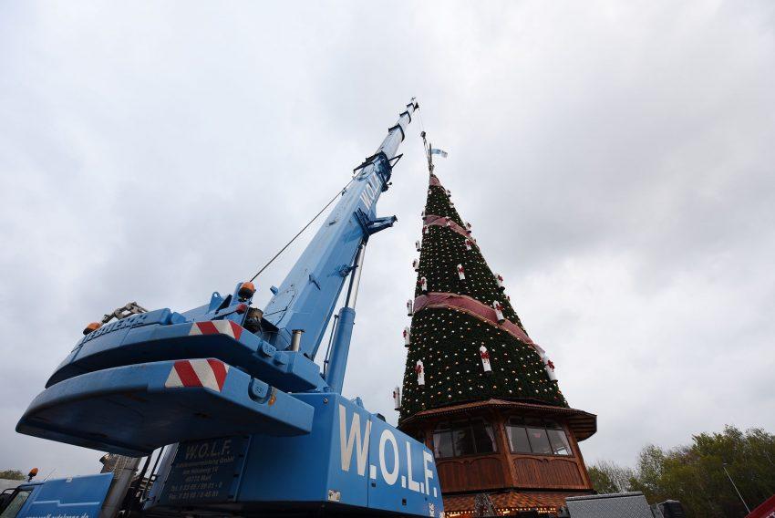 Aufbau des Weihnachtbaumes auf dem Cranger Kirmesplatz.