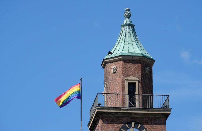 Regenbogen-Flagge am Herner Rathaus.