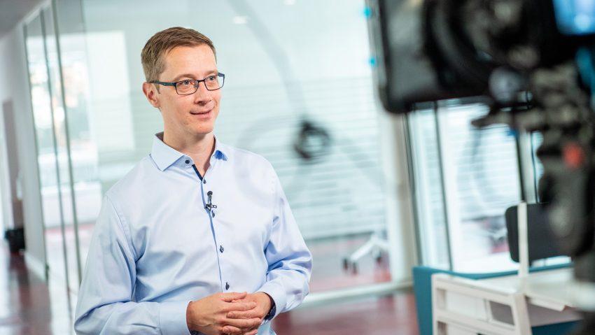 Dr. Markus Hesse, Gesamtprojektkoordinator der Hochschulallianz ruhrvalley im ehemaligen Stadtwerke-Haus, bei Dreharbeiten zum YouTube-Video.