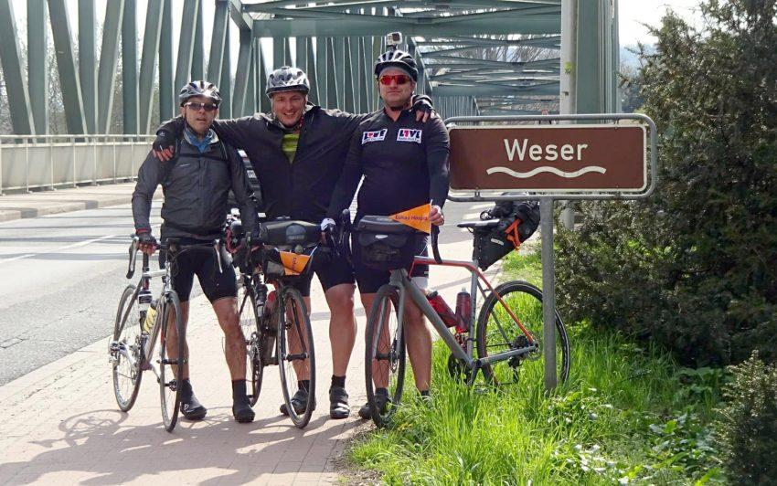 v.l. Volker Rudolf, Marcus Vogel und Michael Meyer bei der Überquerung der Weser.