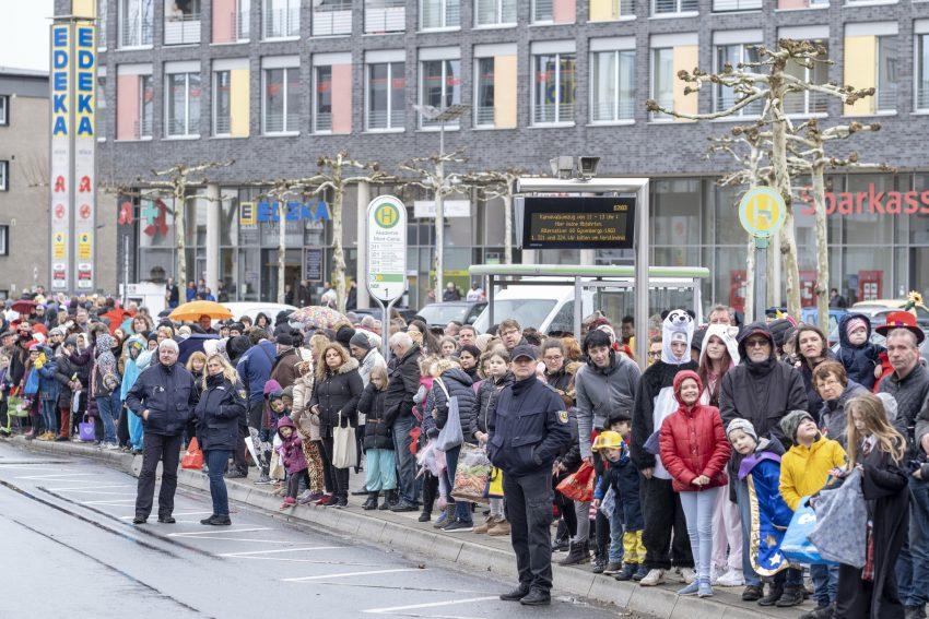 Der Karnevalsumzug am Rosenmontag (04.03.2019) in Herne (NW). Der Umzug startete pünktlich um 12 Uhr vom Kurt-Edelhagen-Platz in Sodingen in Richtung Innenstadt. Trotz der Unwetterwarnung des DWD hatten sich die HeKaGe und das Ordnungsamt entschieden, den Zug rollen zu lassen. Kurz nach dem Start setzte ein heftiger Schauer ein, der Teilnehmer und Zuschauer ordentlich durchweichte.
