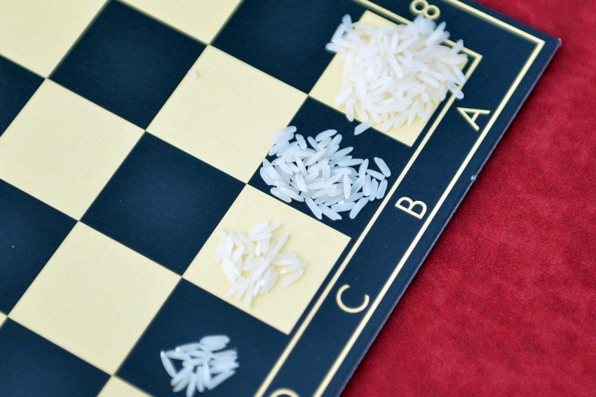 Die Legende vom Reis auf dem Schachbrett veranschaulicht die Exponentialfunktion: Hier wird aus wenig in kontinuierlichen Schritten sehr viel gemacht.