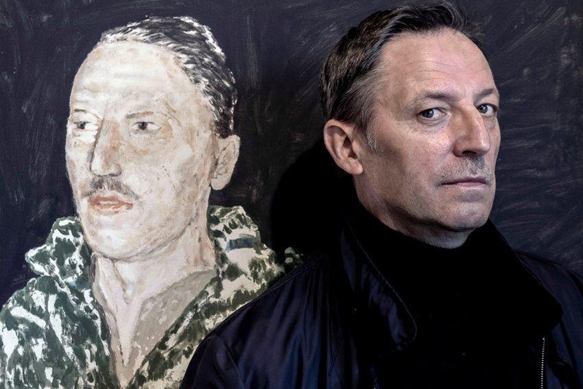 Krzysztof Gruse neben seinem Selbstportrait.